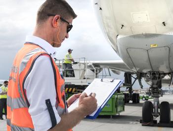 Услуги за прифаќање и испраќање авиони, патници, багаж, стока и пошта